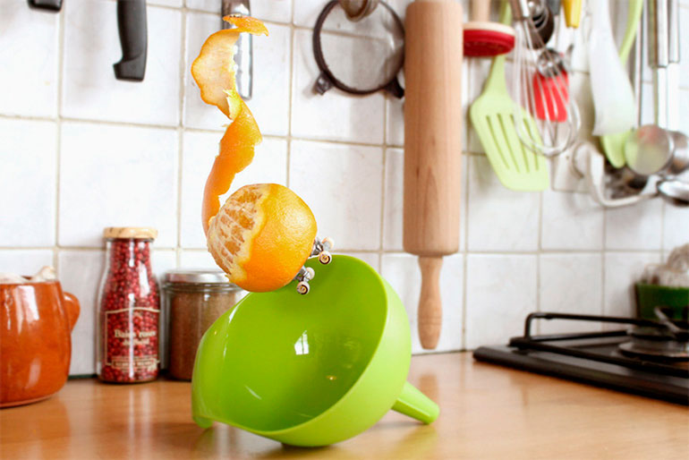 Skitchen: skateboarding fruits by Benoit Jammes